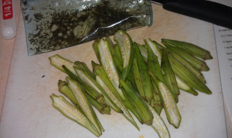 Raw okra and seasoning bag