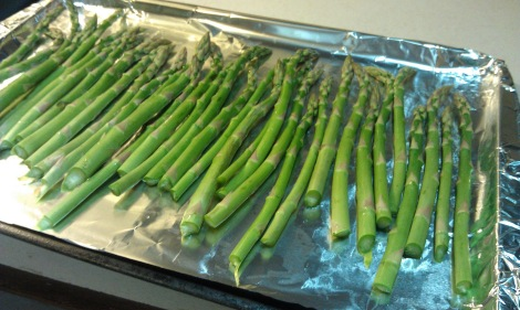 Arrange asparagus spears on a cookie sheet (photo)