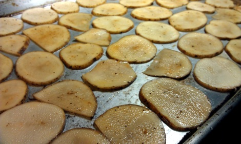 Low-amine baked potato chips arranged on a cookie sheet (photo)